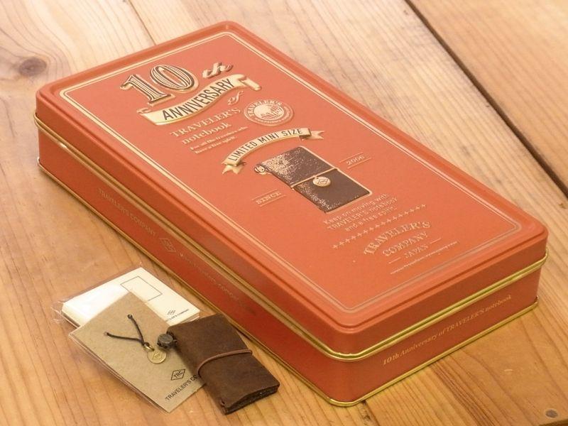 画像1: 【ネコポスNG】 TRAVELER'S notebook/トラベラーズノート ミニ 10周年缶セット 茶