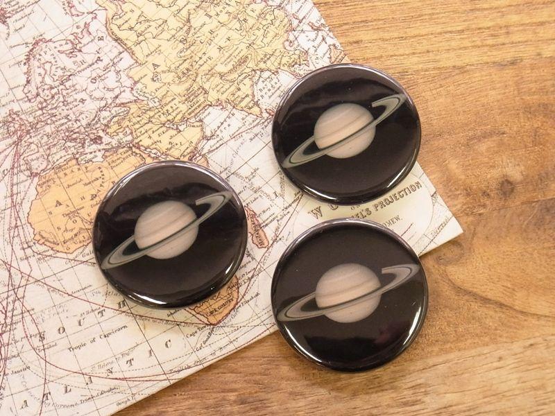 画像1: 【ネコポスOK】 惑星 缶バッジ 32mm 土星(1個)