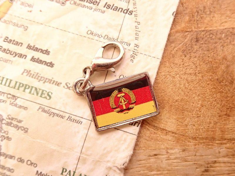画像1: 【ネコポスOK】 世界の国旗 チャーム [東ドイツ] 1個