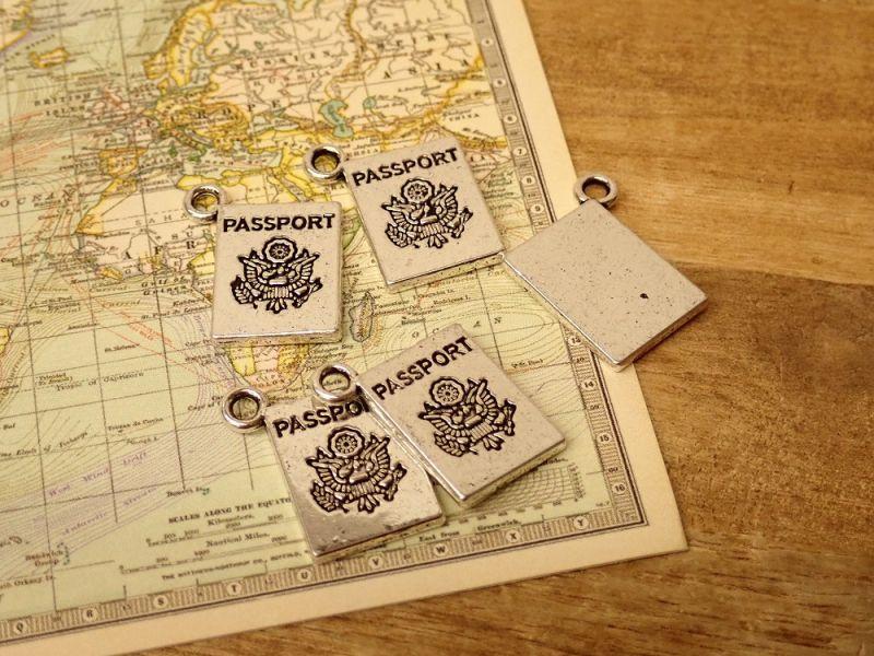 画像1: 【ネコポスOK】 チャーム パスポート シルバー(5個)