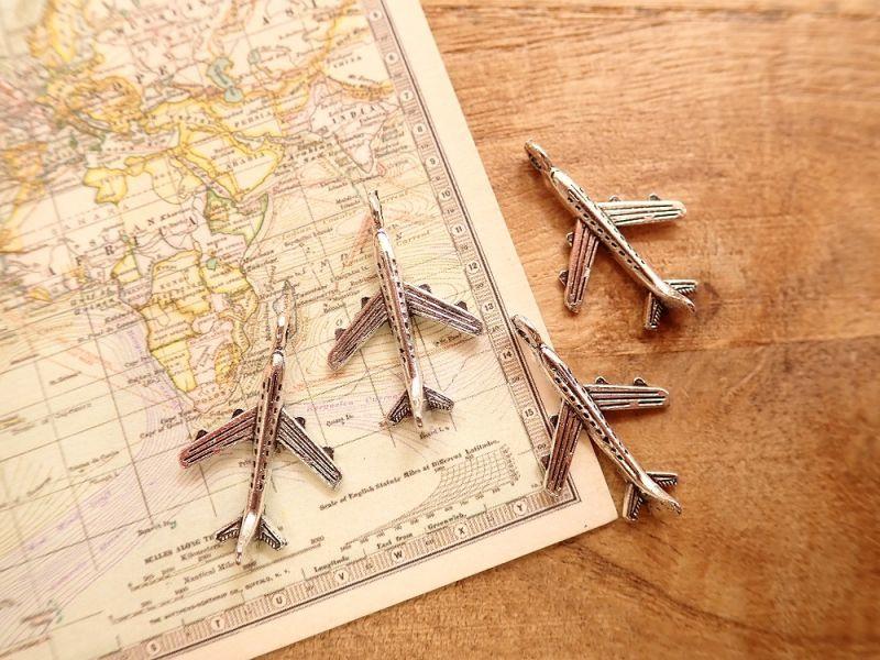 画像1: 【ネコポスOK】 チャーム 飛行機 シルバー(4個)